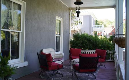 Mulberry Inn - Porch seating
